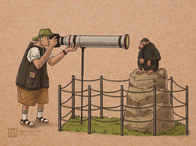 Illustration eines Fotografen mit einem gigantischen Objektiv, das er bis auf wenige Zentimeter vor das Gesicht eines Schimpansen hält. Dieser streckt die Zunge heraus.