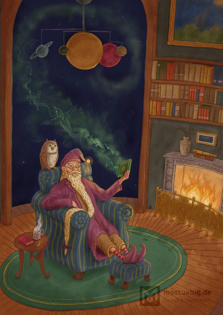 Illustration eines im Sessel sitzenden Zauberers im Morgenmantel. Er liest ein Buch, aus dem magische Wesen, nebelartig herausfliegen. Auf seiner Schulter sitzt eine Eule. Der Raum um ihn herum ist rund, beherbergt Bücher und ein Feuer prasselt im kamin.